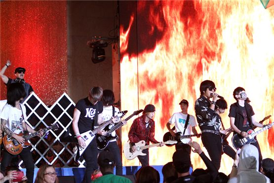 DJ Koo and YB performing at Mnet 20's Choice Awards held at the Banyan Tree Club & Spa Seoul in Seoul, South Korea on June 28, 2012. [Mnet]