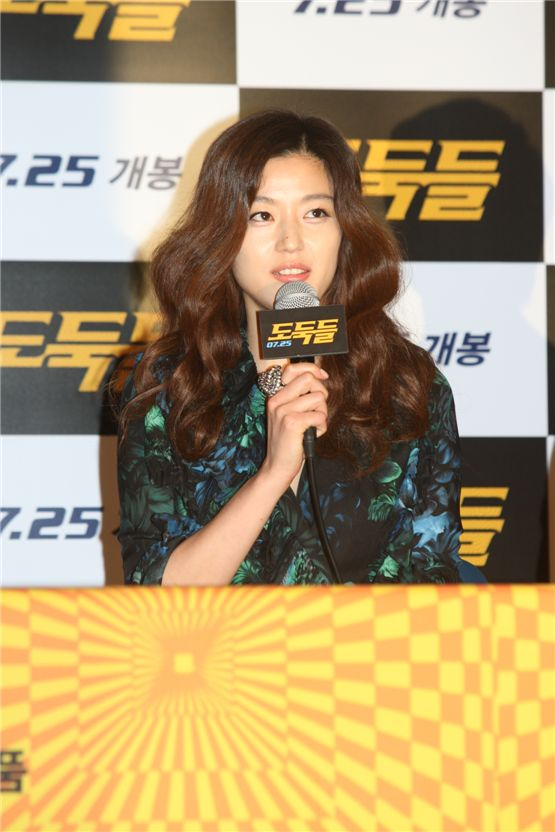 "Jun Ji-hyun talking to local media outlets at ""The Thieves"" press conference after the first premiere in Seoul on July 10 [1stLook]"