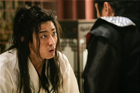 "Still shot of Ju Ji-hoon in ""I am the King"" [Lotte Entertainment]"
