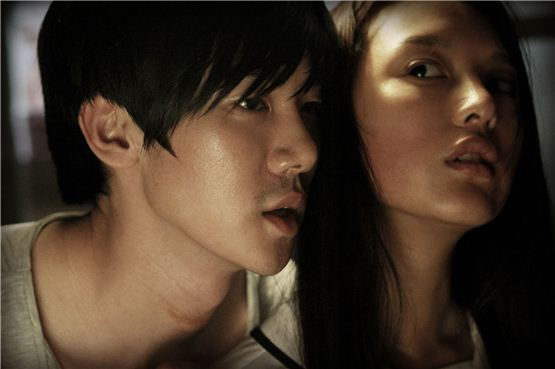 """A still shot of Yu Yeon-suk (left) and Kim Ji-won (right) in """"A Horror Story"""" [Lotte Entertainment]"""