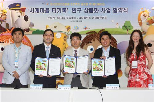 (왼쪽부터)신동식 CJ E&M 본부장, 김종완 손오공 대표, 정길훈 퍼니플럭스 대표