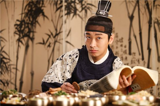 "A scene of Ju Ji-hoon playing a double role of Chung-nyeong and Duk-chil in ""I am the king,"" set to hit theaters on August 8, 2012. [Daisy Entertainment]"