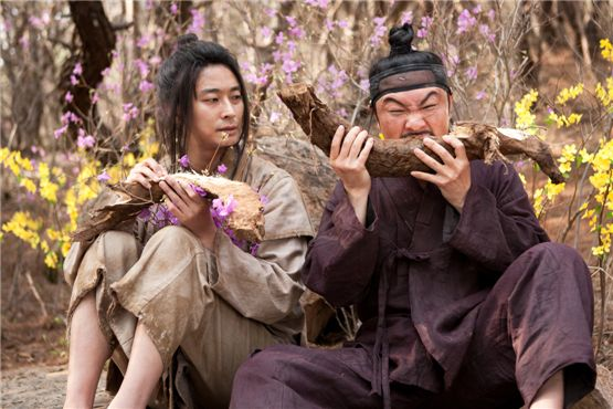 "A scene of Ju Ji-hoon(left) playing Chung-nyeong, who escaped from the palace by disguising himself as a pauper, and actor Im Won-hee (right) playing the prince's warrior in ""I am the king,"" set to hit theaters on August 8, 2012. [Daisy Entertainment]"