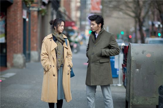 "Actress Tang Wei (left) and actor Hyun Bin (right) face each other in a still shot from director Cho Sung-woo's film ""Late Autumn"" released on February 17, 2011. [Boram Entertainment]"