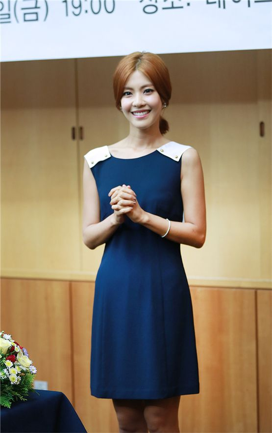 Actress Lee Yoon-ji strikes a pose at the appointment ceremony for the executive members of the 2012 Jecheon International Music and Film Festival (JIMFF) held at Jecheon Lake Hotel on August 12, 2012. [Namoo Actors]