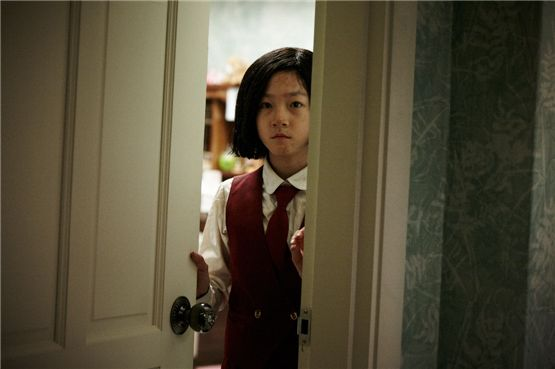 "Teenage actress Kim Sae-ron as the role of Won Yeo-sun act out a scene for the suspense thriller ""My Neighbor"" set to hit local theaters on August 23, 2012. [Lotte Entertainment]"