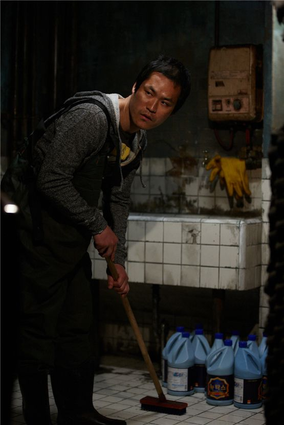 "Kim Sung-kyun as the murderer Ryu Seung-hyuk cleans up the blood after killing a person in his basement for a scene in suspense thriller ""My Neighbor"" set to hit local theaters on August 23, 2012. [Lotte Entertainment]"