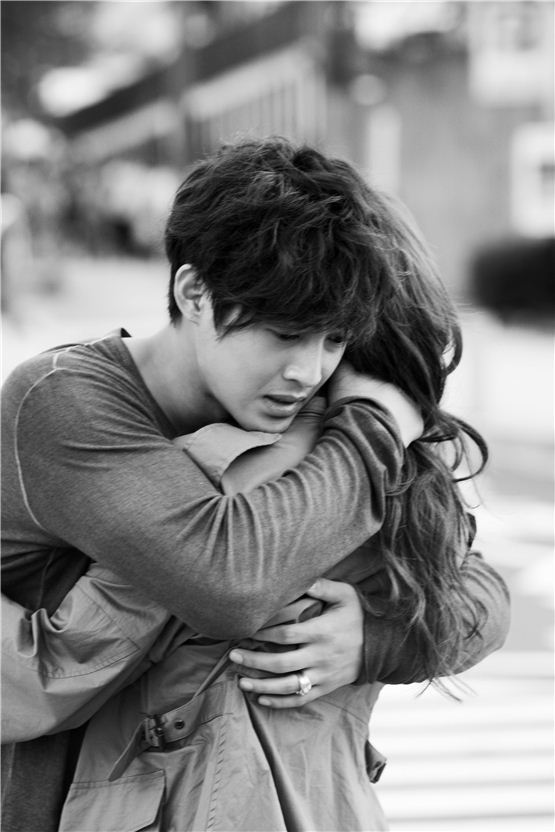 """City Conquest"" couple Kim Hyun-joong and Jung Yu-mi embrace each other hard on the set of the drama, in the photo released by Kim's agency KEYEAST on August 23, 2012. [KEYEAST]"
