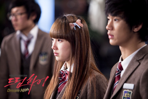 """Sonstress Bae Suzy (center) and actor Kim Soo-hyun (right) play highschool students in KBS' drama """"Dream High,"""" aired between January 3 and February 28, 2011. [KBS]"""
