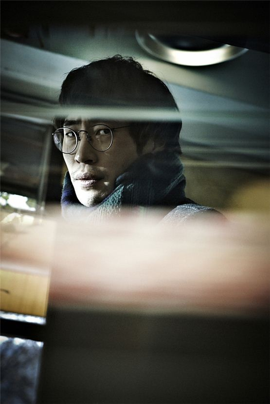 "Actor Ryoo Seung-bum poses in a still shot during the shooting for the new thriller pic ""Perfect Number,"" to be released on October 18. [CJ Entertainment]"