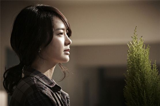 "Actress Lee Yo-won poses in a still shot during the shooting for the new thriller pic ""Perfect Number,"" to be released on October 18. [CJ Entertainment]"