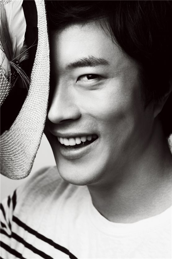 Kwone Sang-woo poses for a profile picture while holding a hat. [Bel Actors Entertainment]