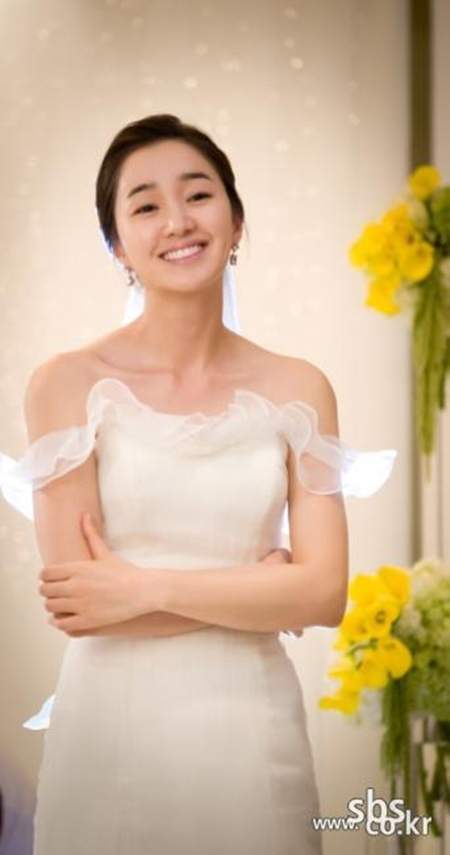 "Actress Soo-ae, donned in a wedding dress, poses for a picture on the set of the hit TV series ""Thousand Days Promise,"" which aired October 2011. [SBS]"
