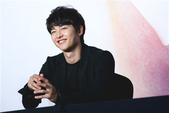 """Actor Song Joong-ki smiles with confidence at a press conference for KBS' upcoming drama """"The Innocent Man"""" held in Seoul, South Korea on September 5. [Lee Jin-hyuk/10Asia]"""