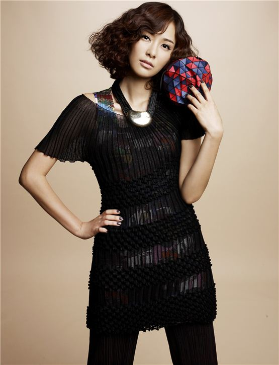 Actress Son Tae-young, donned in high-fashion clothes, poses for her profile picture, released by her agency J.One+ Entertainment on September 6, 2012. [J.One+ Entertainment]