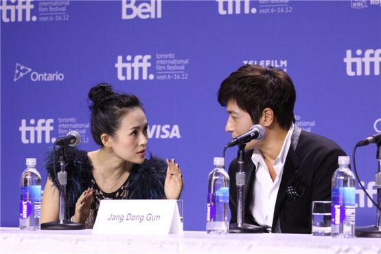 "Chinese actress Zhang Ziyi (left) and Jang Dong-gun (right) chat quietly during a press conference for ""Dangerous Liaisons"" held at the TIFF Bell Lightbox of the 37th Toronto International Film Festival in Toronto, Canada on September 10, 2012. [Cine De Epi]"