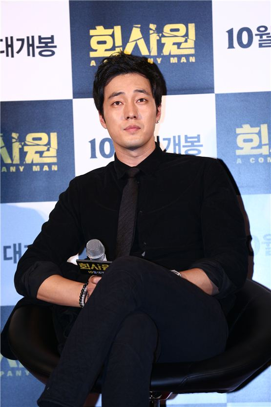 """So Ji-sub listens to a reporter's question during his upcoming pic """"A Company Man"""" press conference, held at the Megabox movie theater in Dongdaemun, Seoul on September 12, 2012. [Younghwain]"""
