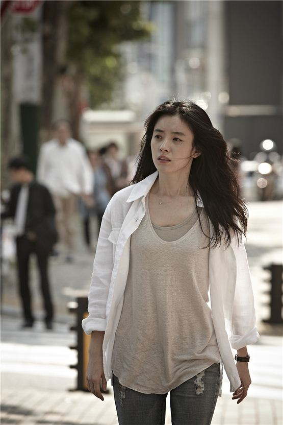 """Han Hyo-joo stands with helpless look on the street for her final shooting of their upcoming pic """"Love 911,"""" at Gangnamdaero in southeastern part of Seoul, Korea on September 6, 2012, [NEW]"""