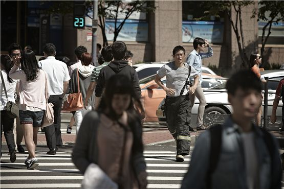 """Go Soo runs on a crosswalk for his final shooting of his upcoming pic """"Love 911"""" at Gangnamdaero in southeastern part of Seoul, Korea on September 6, 2012, [NEW]"""