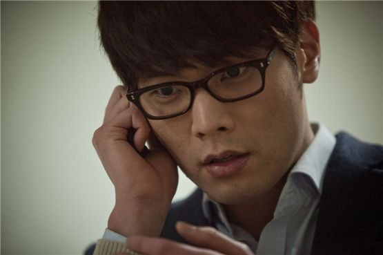 """Actor Choi Daniel receives a phone call in the Korean thriller """"The Traffickers,"""" which hit the local theaters on August 29, 2012. [Cinus Entertainment]"""