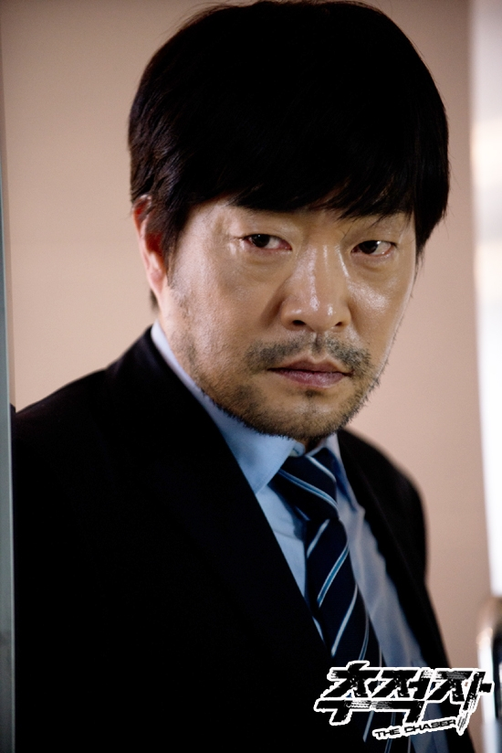 """Actor Son Hyun-joo poses with a serious look on his face on the set of his latest TV series, SBS """"THE CHASER,"""" aired bewteen May 28 and July 17, 2012. [SBS]"""