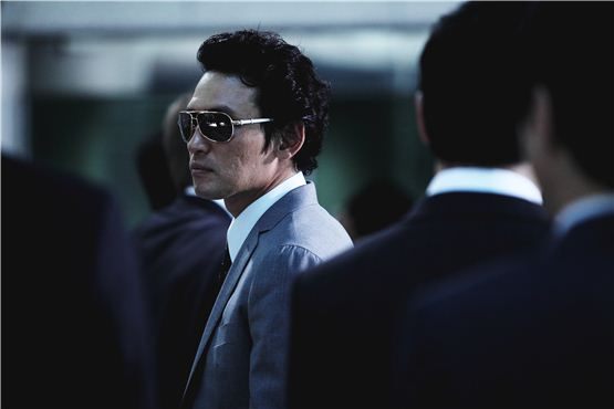 "Actor Hwang Jung-min poses on the set of his new film ""New World"" [translated title], which wrapped up its three months shooting on September 14, 2012. [NEW]"