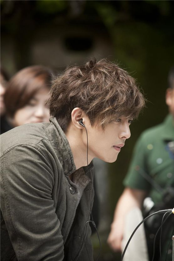 "Actor Kim Hyun-joong monitors his acting on the set of his upcoming drama ""City Conquest"" in the photo released by the show's promoter Feelboy Company on August 7, 2012. [Media 100 Entertainment]"