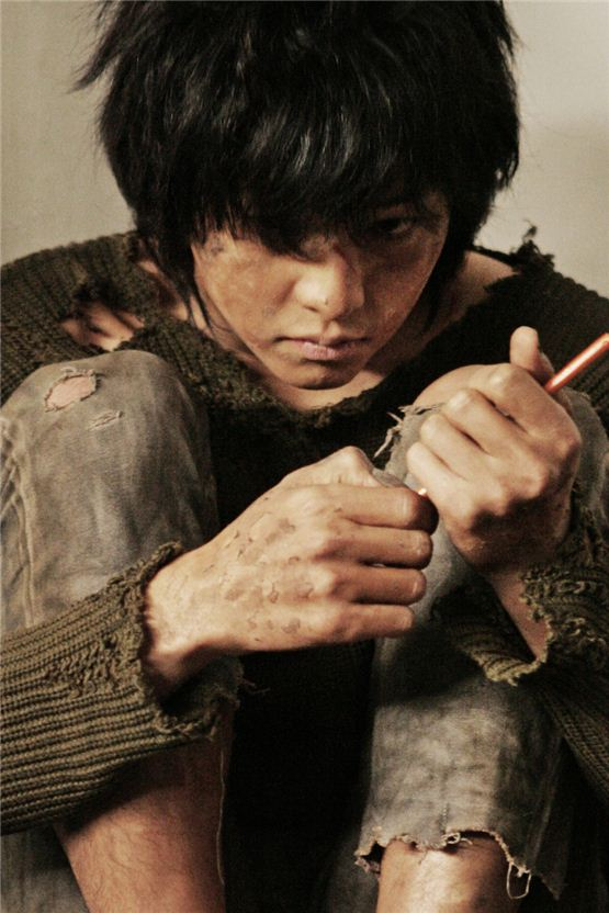 "Actor Song Joong-ki plays his character as a werewolf boy in his upcoming film ""Werewolf Boy,"" set to hit local theaters on Octoebr 31, 2012. [Bidangil Pictures]"