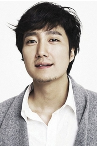 """Actor Park Hae-il poses in the profile photo released by his new film """"Aging Family"""" (translated title) distribution company CJ E&M in press release on September 27, 2012. [CJ E&M]"""