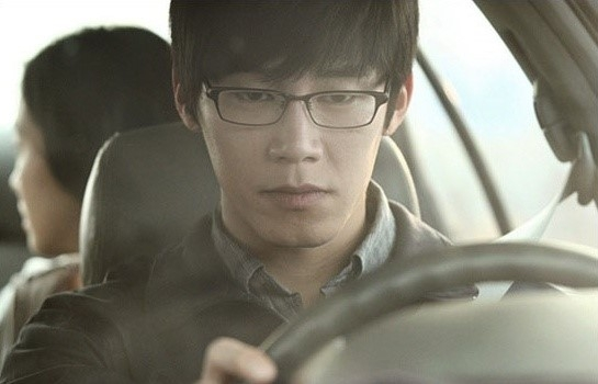 "Actor Kim Moo-yeol drives a car during the shooting of his latest movie ""Eungyo,"" opened in local theaters on April 25, 2012. [Lotte Entertainment]"