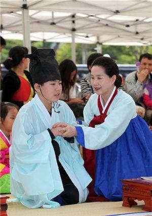 동춘당문화재 학당체험 행사에 참가한 어린이가 선비차림을 하고 있다.