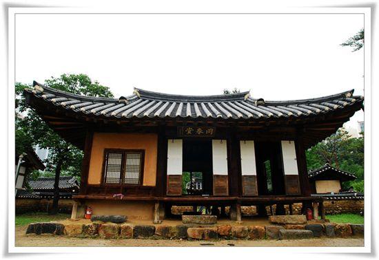 보물 제209호로 지정된 동춘당 전경. 송준길 선생이 생전에 학문을 했던 곳이다.