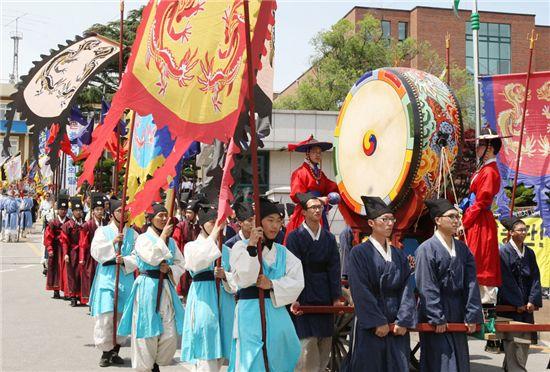 '해미읍성 역사체험축제' 때 조선시대 옷을 입고 거리공연을 펼치고 있는 행사요원들