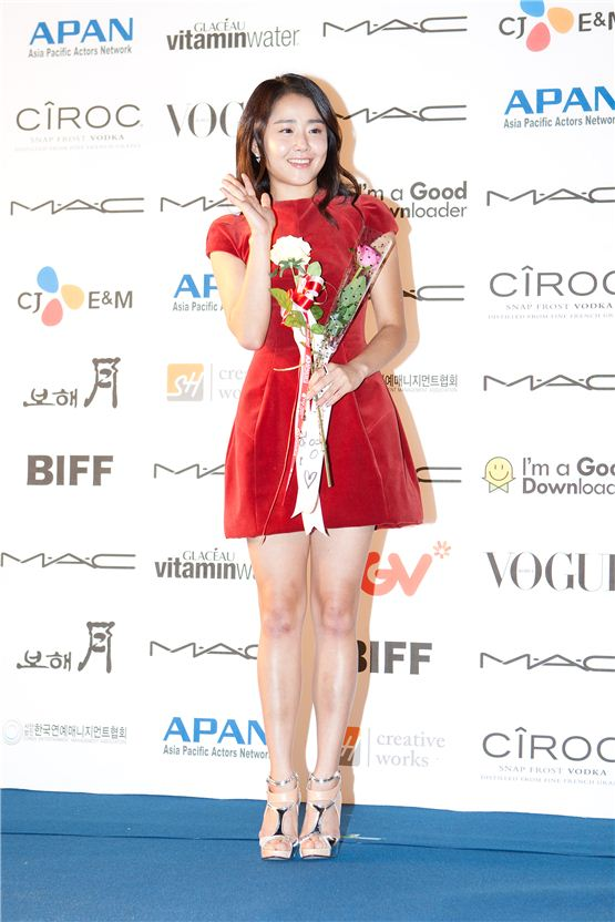 Actress Mon Geun-young says hello to movie fans during the APAN Star Road event of the 17th Busan International Film Festival in Busan, South Korea on October 5, 2012. [Lee Jin-hyuk/ 10Asia]