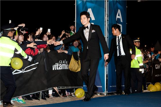 Actor Park Si-hoo gets greeted by movie fans during the APAN Star Road event of the 17th Busan International Film Festival in Busan, South Korea on October 5, 2012. [Lee Jin-hyuk/ 10Asia]