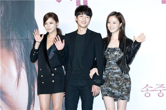 """Park Si-yeon (left), Song Joong-ki (center) and Moon Chae-won (right) wave to reporters at a press conference for KBS """"The Innocent Man"""" held in Seoul, South Korea on September 5. [Lee Jin-hyuk/10Asia]"""