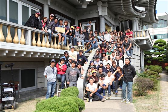 "The staffs of upcoming film ""26 Years"" pose together to celebrate the pic's last shooting on the set in Seoul, Korea on October 10, 2012. [Chungeorahm]"