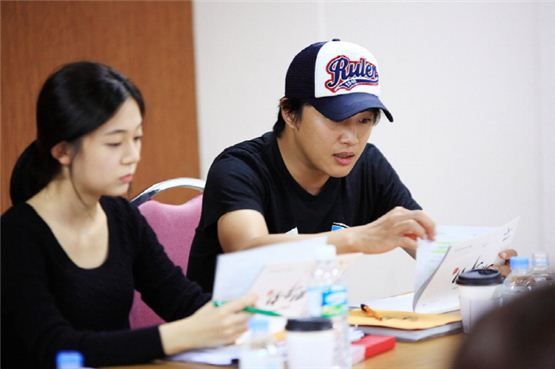 "Actress Baek Jin-hee (left) and actor Cha Tae-hyun (right) pratice their lines during the first script reading session of their new TV series ""Jeon Woochi"" at Yeoido KBS in Seoul on October 3, 2012. [3HW]"