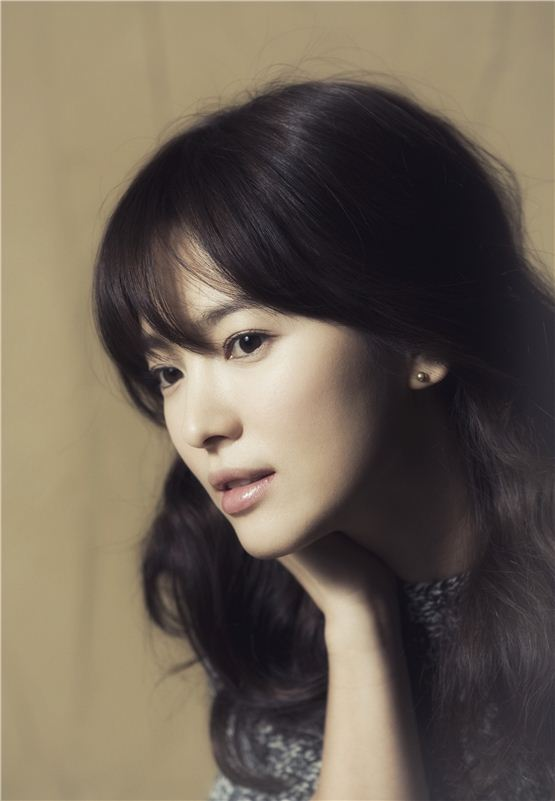 Song Hye-kyo poses in front of the camera before an interview with 10Asia. [Lee Jin-hyuk/10Asia]