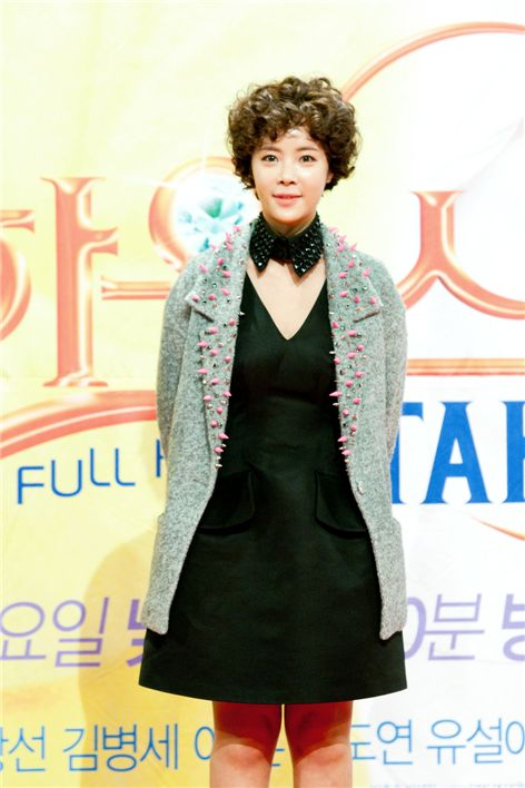 "Actress Hwang Jung-eum poses in front of reporters during the press conference of their new TV series ""Full House Take 2,"" held at the SBS Prism Tower's auditorium in Seoul, Korea on October 18, 2012. [Lee Jin-hyuk/ 10Asia]"