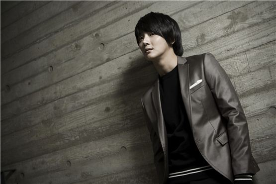 Actor Yoon Si-yoon stands in front of the camera before an interview with 10Asia. [Lee Jin-hyuk/ 10Asia]