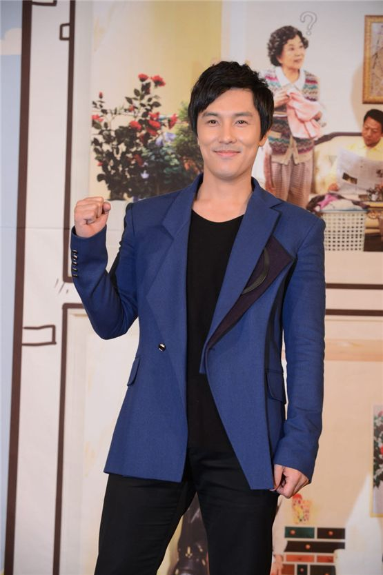 """Shinhwa's Kim Dong-wan wishes for the success of KBS' new TV drama """"Cheer Up, Mr. Kim!"""" at the drama's press conference held at the 63 City in Seoul, South Korea on November 1. [KBS]"""