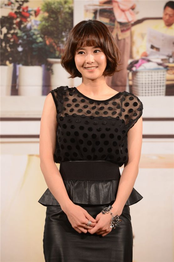 """Actress Choi Jung-yoon poses in front of the cameras at a press conference of """"Cheer Up, Mr. Kim!"""" at the 63 City in Seoul, South Korea on November 1. [KBS]"""