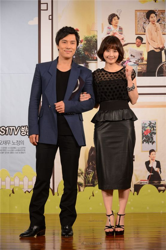 """Kim Dong-wan (left) and Choi Jung-yoon (right) poses arm-in-arm with each other in front of the cameras at the press conference of """"Cheer up Mr. Kim!"""" at the 63 City in Seoul, South Korea on November 1. [KBS]"""