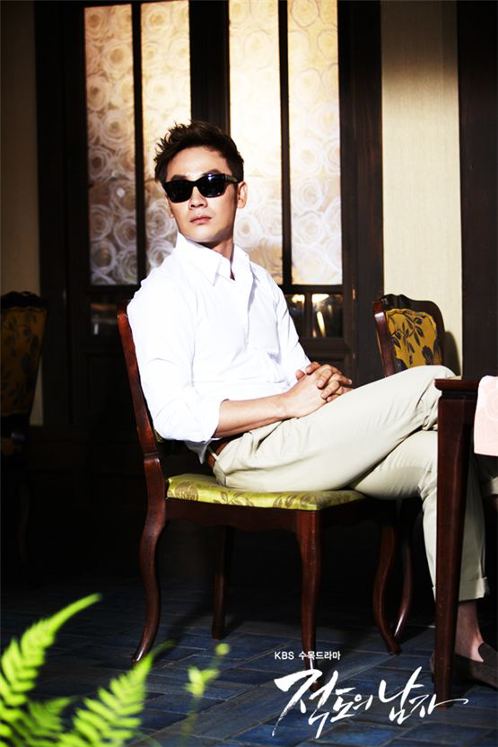"""Actor Uhm Tae-woong poses on the set of KBS' drama """"Man From the Equator,"""" aired between March 21 and May 24, 2012. [KBS]"""