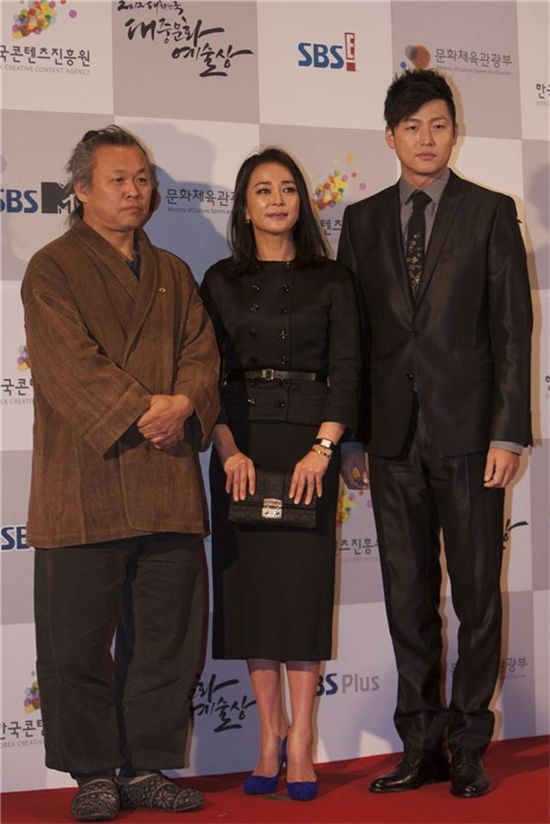 Auteur Kim Ki-duk (left), actress Cho Min-soo (center) and actor Lee Jung-jin (right) pose together during the red carpet at the 2012 Popular Culture & Art Awards in Seoul, South Korea, on November 19, 2012. [Brandon Chae/10Asia]