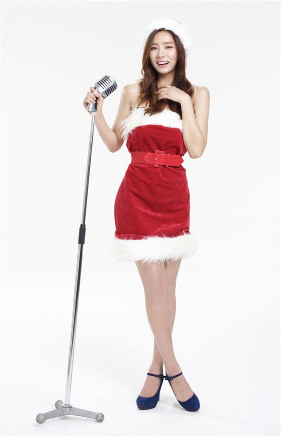 Actress Sin Se-gyeong poses in a Christmas costume in the photo released by her agency Namoo Actors on November 21, 2012. [Namoo Actors]
