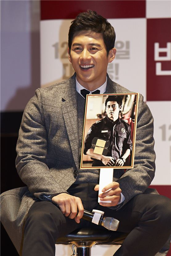 """Ko Soo holds his character picture during the talk concert of his forthcoming romance film """"Love 911"""" held at Konkuk University's New Millenium Hall in Seoul, Korea on November 20, 2012. [1st Look]"""