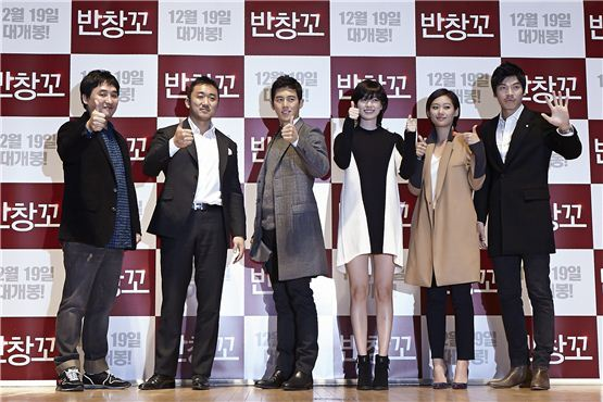 """Director Jung Ki-hoon (left), Ma Dong-seok (second to left), Ko Soo (third to left), Han Hyo-joo (third to right), Juni (second to right) and Kim Seong-o (right) show their confidence in their forthcoming romance film """"Love 911"""" during the pic's talk concert held at Konkuk University's New Millenium Hall in Seoul, Korea on November 20, 2012. [1st Look]"""