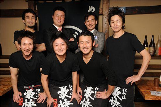 토키요시 히로마사 대표(윗줄 왼쪽 두 번째)와 고우 가족들이 한국 진출의 성공을 기원하며 기념촬영을 하고 있다.